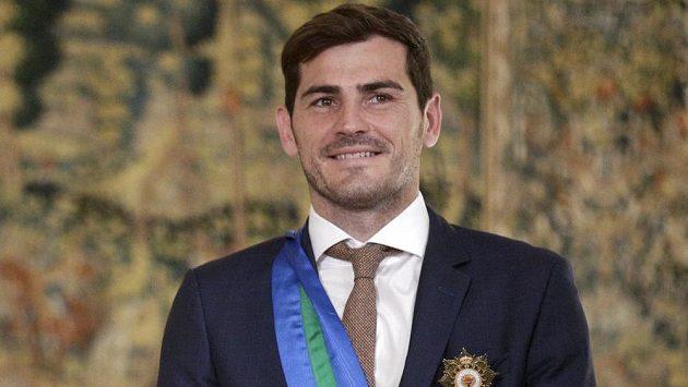 Španělský gólman Iker Casillas pózuje s Královským řádem.