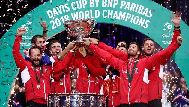 Chorvatští tenisté se radují z vítězství v Davisově poháru.
