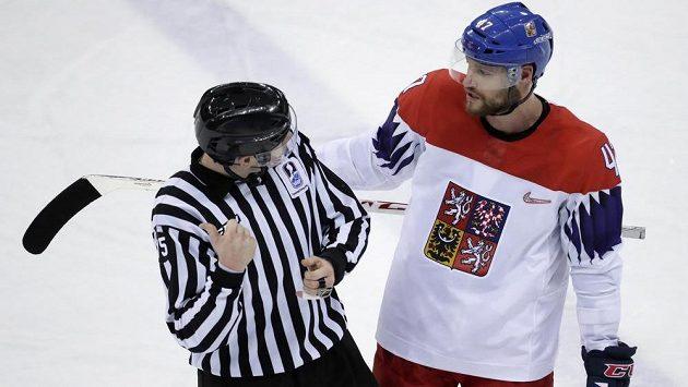 Český hokejista Michal Jordán (47) bude v semifinále olympijského turnaje Česku chybět.