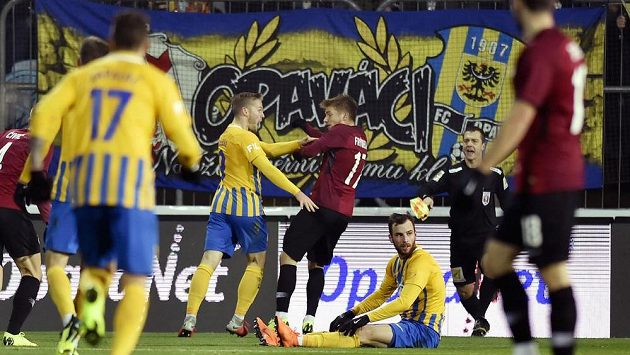 Sparťanský fotbalista Martin Frýdek a Václav Jurečka z Opavy během osmifinále MOL Cupu.