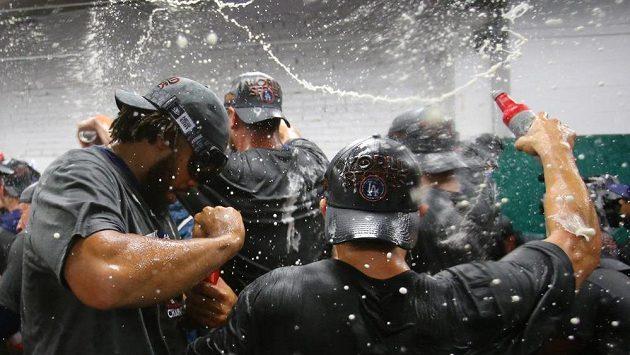 Nadšení v šatně baseballistů Los Angeles Dodgers. Tým z města andělů si zahraje letos Světovou sérii.