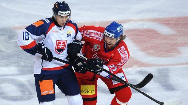 Slovenský útočník Miroslav Šatan (vlevo) hrát ve Slovanu Bratislava od začátku sezóny nebude.