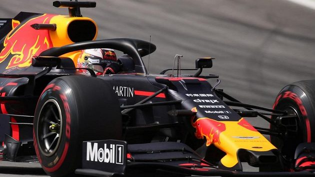 Max Verstappen na trati v Brazílii.