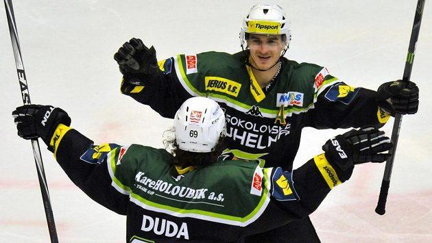 Karlovarští hokejisté se radují z gólu proti Vítkovicím. Zády je střelec branky Radek Duda a Stanislav Balán.