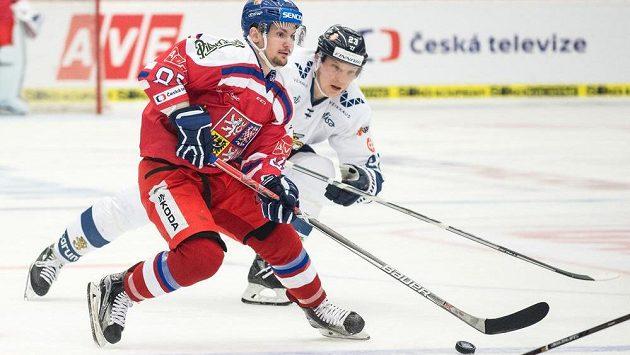 Petr Holík a Joonas Kemppainen z Finska během utkání turnaje Carlson Hockey Games v Českých Budějovicích.