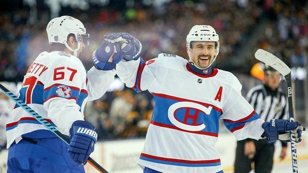 Tomáš Plekanec (14) a Max Pacioretty (67) z Montrealu jásají po gólu Brendana Gallaghera (není na snímku) při Winter Classic v Bostonu.