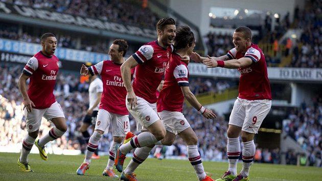 Fotbalisté Arsenalu se radují společně s Tomášem Rosickým (druhý zprava) z gólu, který český reprezentační kapitán vstřelil Tottenhamu.