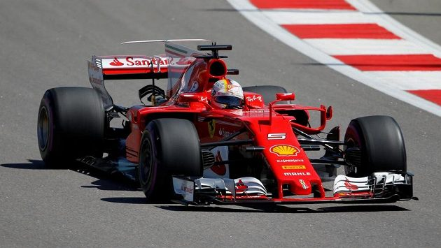 Německý pilot ferrari Sebastian Vettel během kvalifikace na Velkou cenu Ruska.