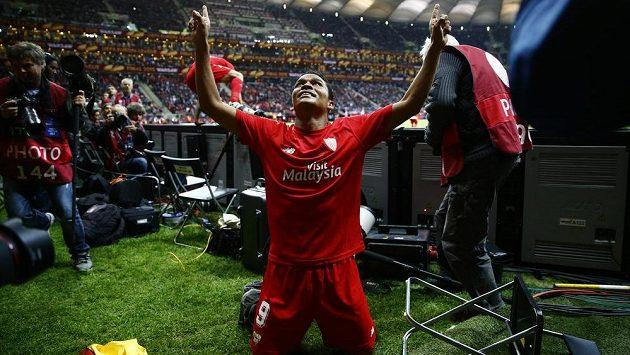 Kolumbijec Carlos Bacca se emotivně raduje z triumfu v Evropské lize.