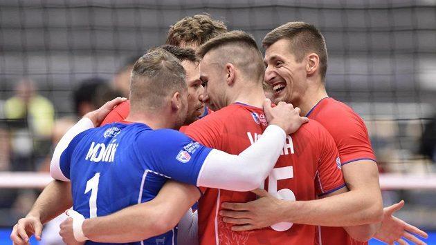 Hráči České republiky se radují z vyhraného setu proti Itálii.