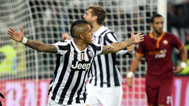 Arturo Vidal z Juventusu (vpředu) se raduje z branky, kterou vstřelil AS Řím.