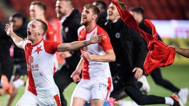 Střelec jediného gólu proti Plzni Petr Ševčík se spoluhráči ze Slavie Praha oslavuje zisk mistrovského titulu.