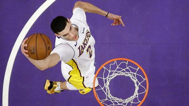 Lonzo Ball z LA Lakers smečuje v zápase proti Atlantě.