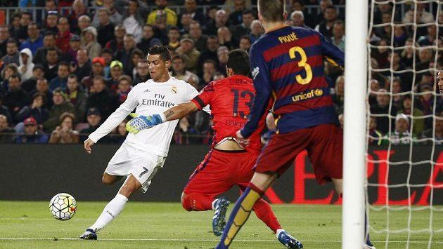 Cristiano Ronaldo střílí vítězný gól Realu Madrid v utkání proti Barceloně.