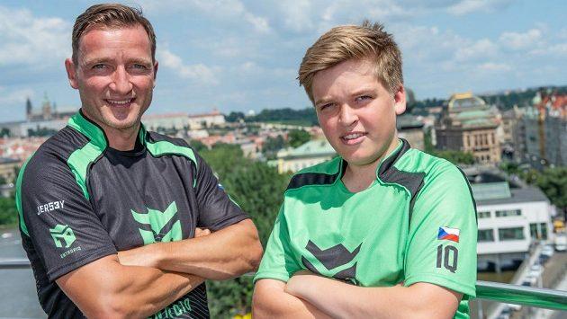 Táta a kluk ve stejném dresu... Internacionál Vladimír Šmicer se synem Jiřím během představení esportového týmu Entropiq.