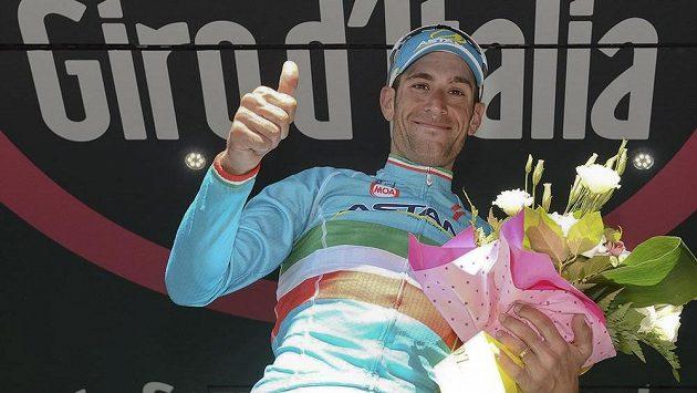 Italský cyklista Vincenzo Nibali se raduje na pódiu během Gira d'Italia.