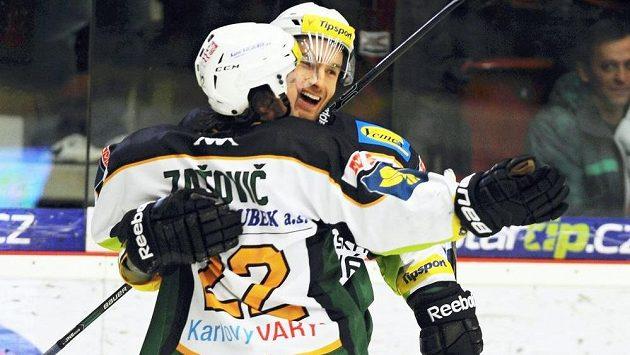 Karlovarští útočníci Martin Zaťovič a Petr Pohl (vzadu) slaví gól proti Litvínovu.