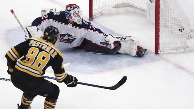 David Pastrňák překonává Sergeje Bobrovského a obstává tak rozhodující gól pátého utkání mezi Bostonem a Columbusem.