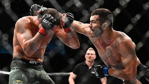 Machmud Muradov (vpravo) premiéru v UFC zvládl, Ital Alessio Di Chirico prohrál v Dánsku na body.