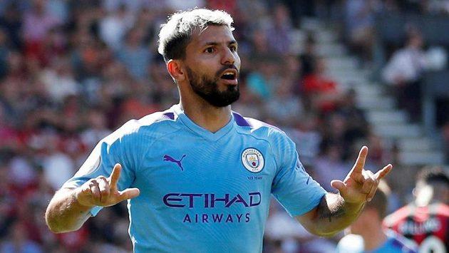 Sergio Agüero z Manchesteru City se raduje ze svého druhého gólu do sítě Bournemouthu.