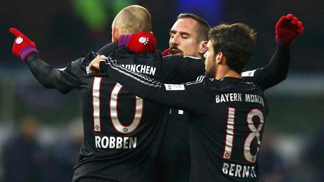 Arjen Robben (vlevo) vstřelil vítězný gól Bayernu v Berlíně, slaví ho s ním Franck Ribery a Juan Bernat.