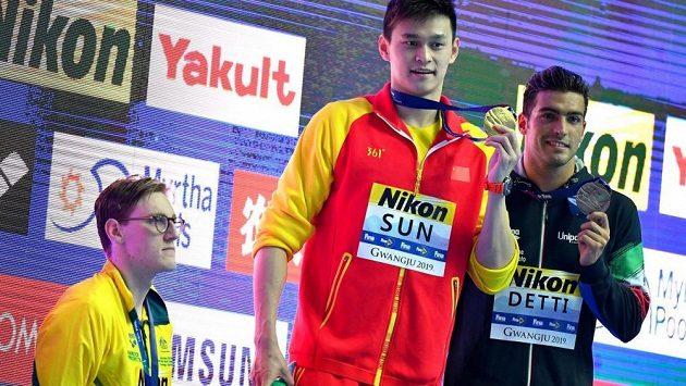 Stříbrný australský plavec Mack Horton (zcela vlevo) po finále na 400 m v zp. na protest proti čínskému vítězi Sun Jang na stupně vítězů nevystoupil.
