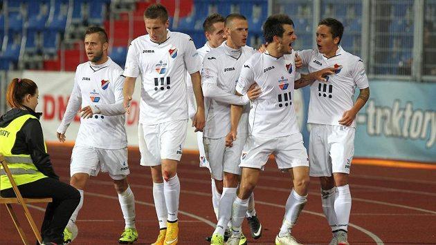 Fotbalisté Baníku se radují z gólu proti Olomouci.