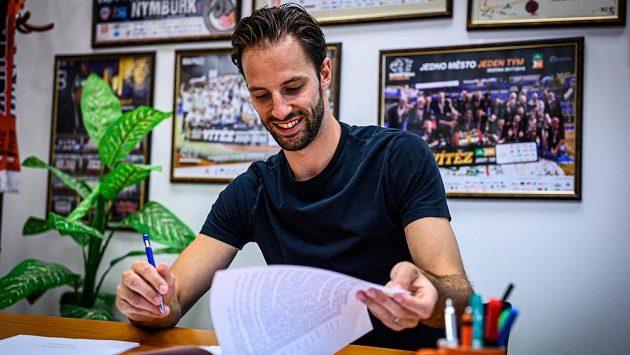 Basketbalový reprezentant Vojtěch Hruban podepsal nový čtyřletý kontrakt se středočeským klubem. Devětadvacetileté křídlo naváže na své dosavadní sedmileté působení v Nymburku.