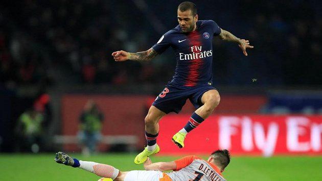 Fotbalista Paris St Germain Dani Alves v akci během ligového utkání s Montpellier.