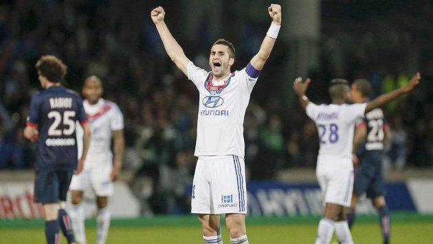 Záložník Lyonu Maxime Gonalons (uprostřed) se raduje po skončení utkání z vítězství nad Paris St. Germain.