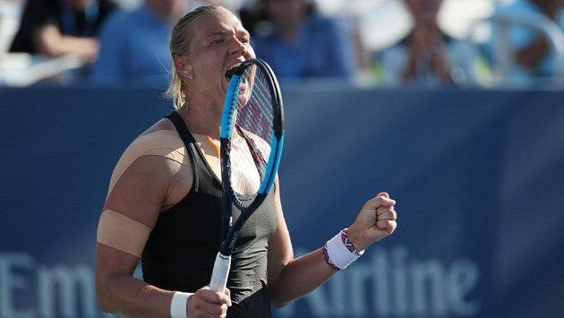 Radost Kanepiové po vítězném míči proti Kasatkinové v osmifinále US Open.