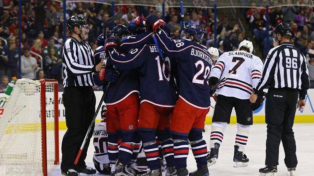 Hokejisté Columbusu slaví gól proti Chicagu.
