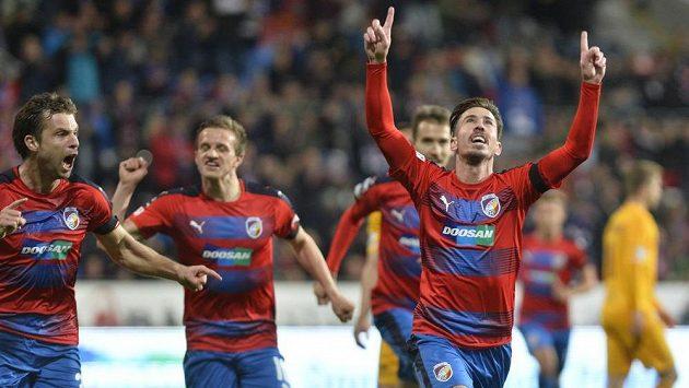 Radost plzeňských hráčů z gólu. Střelec Milan Petržela vysílá svým gestem jasný vzkaz.