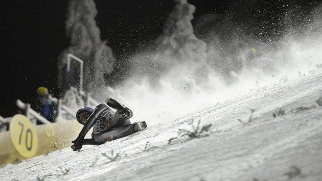 Němec Andreas Wellinger po pádu ve finské Ruce.