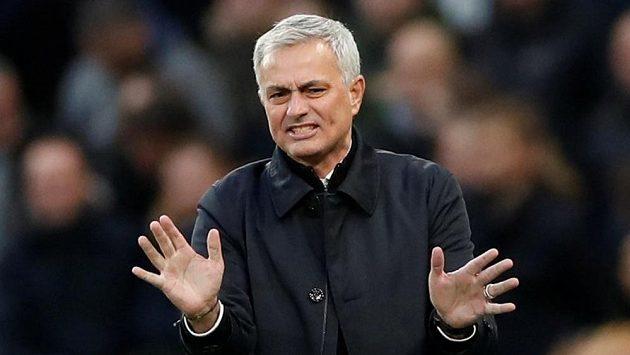 Kouč Tottenhamu Hotspur José Mourinho gestikuluje v utkání Premier League proti Bournemouthu.