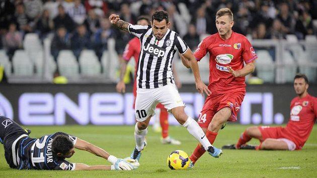 Carlos Tévez, útočník Juventusu, po driblinku obranou Catanie překonává brankáře Mariana Andujara.
