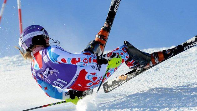 Francouzská lyžařka Tessa Worleyová padá v Courchevelu