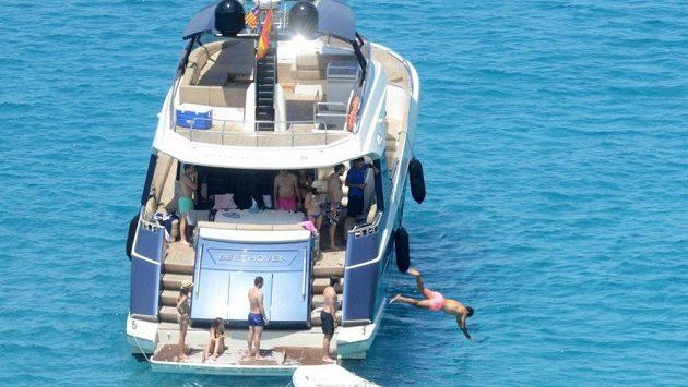 Rafael Nadal skáče do moře z paluby své jachty Beethoven, kterou nyní prodává.