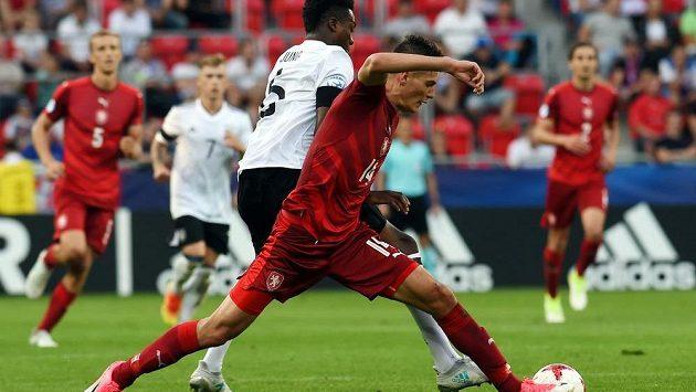Český útočník Patrik Schick bojuje o míč s německým obráncem Gideonem Jungem.