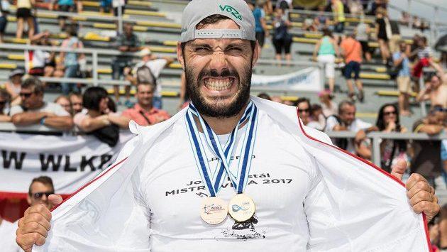 Takto slavil Josef Dostál své medaile na loňském mistrovství světa v Račicích.