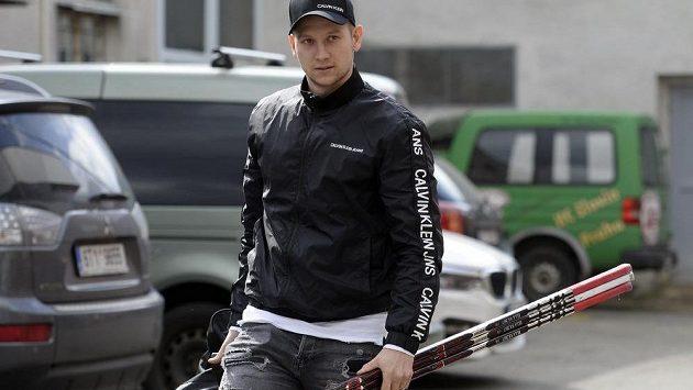 Útočník Michal Bulíř na pondělním snímku, kdy přicházel na sraz české hokejové reprezentace v pražském Edenu.