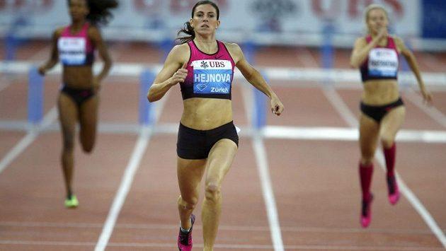 Česká běžkyně Zuzana Hejnová si běží pro triumf na mítinku Diamantové ligy v Curychu.