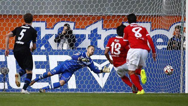 Záložník Ku Ča-čchol (druhý zprava) z Mohuče srovnává z penalty skóre proti Paderbornu na 2:2.