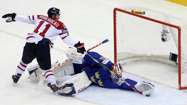 Švédský brankář Anders Nilsson chytá Kanaďanovi Jonathanu Huberdeauovi trestné střílení.