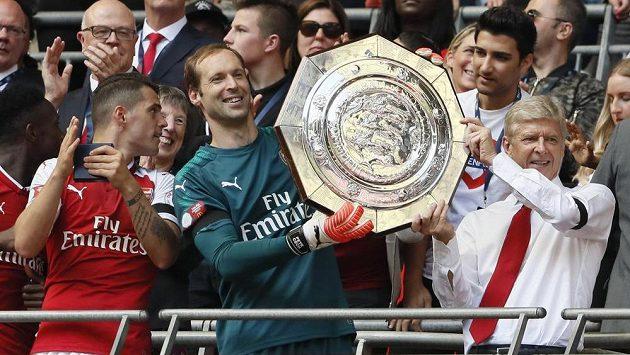 Brankář Petr Čech a manažer Arsenalu Arséne Wenger s trofejí pro vítěze Community Shield.