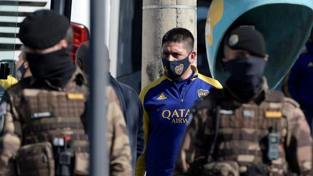 Jeden z hráčů Boky Juniors opouští policejní stanici v Belo Horizonte.