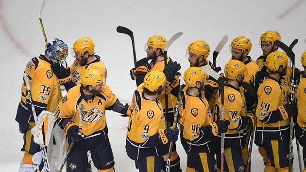 Hokejisté Nashvillu si gratulují k vítězství ve čtvrtém finále.