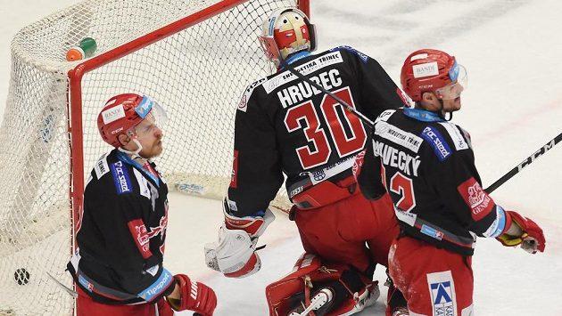 Zleva Roman Vlach, brankář Šimon Hrubec a Vladimír Dravecký z Třince po inkasovaném gólu.