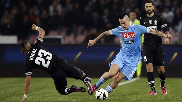 Slovenský záložník Neapole Marek Hamšík (v modrém) obchází bránícího Artura Vidala z Juventusu.