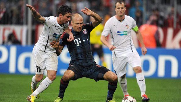 Plzeňský záložník Milan Petržela (vlevo) a Arjen Robben z Bayernu během utkání základní skupiny Ligy mistrů
